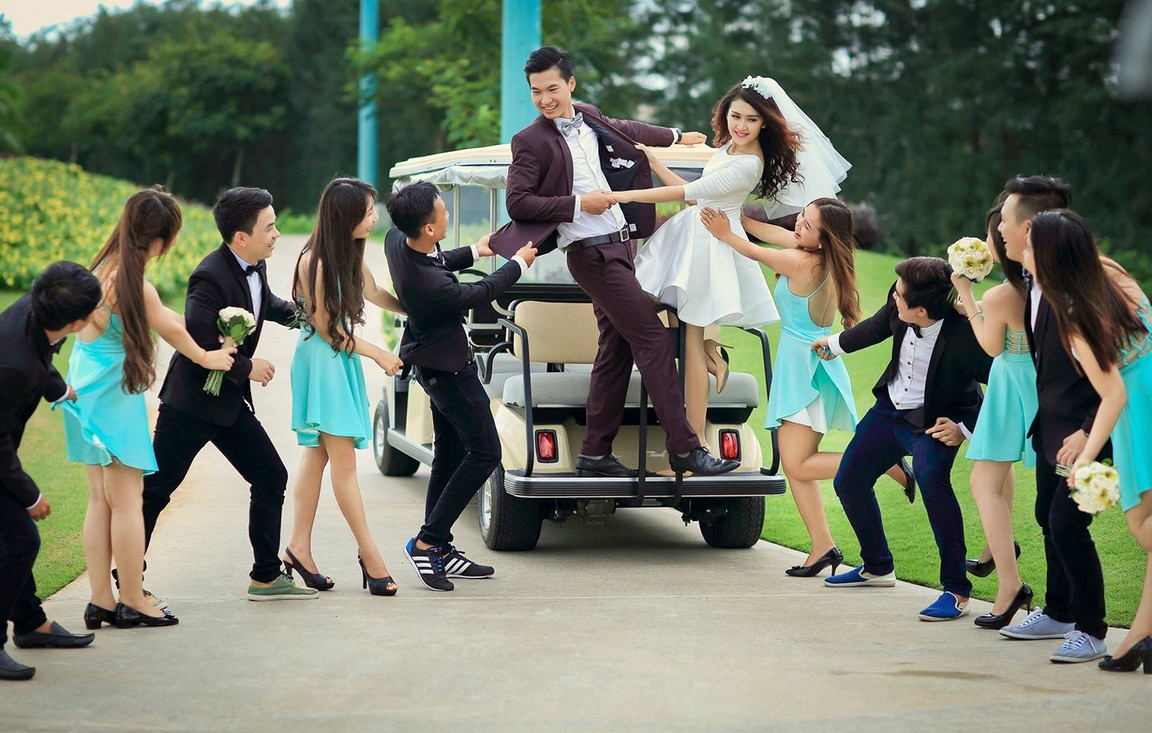 Chụp ảnh cưới với bạn bè