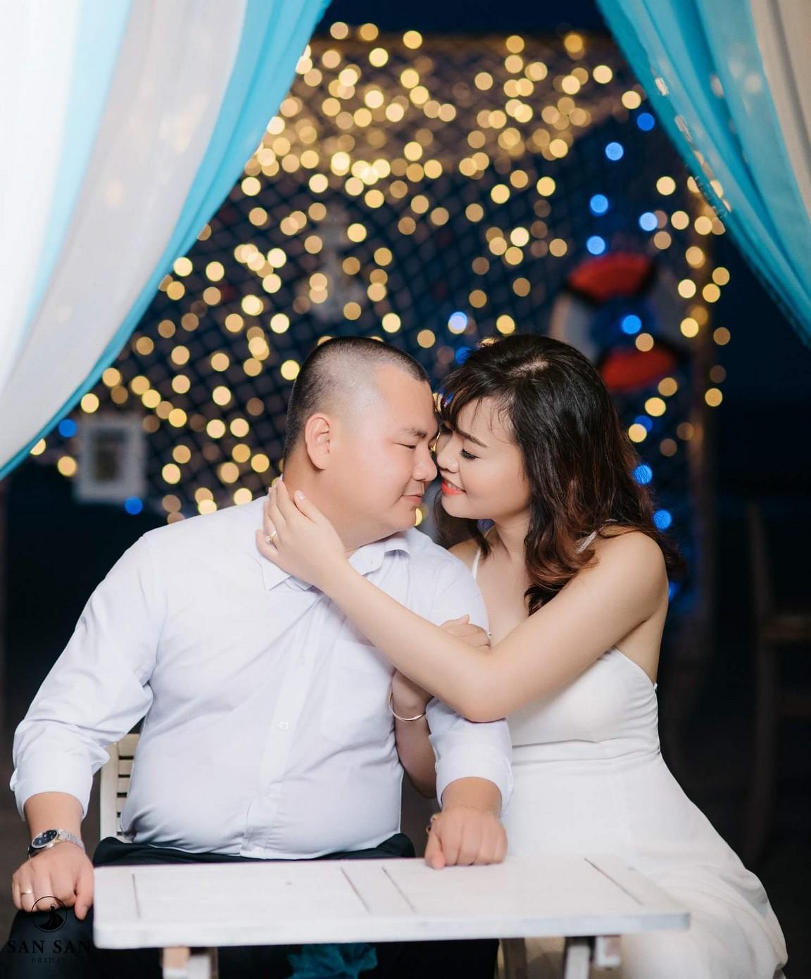 Nếu muốn bộ ảnh cưới của mình đặc biệt hơn, các bạn cũng có thể chụp ảnh cưới tại quán cafe vào ban đêm. Lúc này các quán cafe đã lên đèn, ...