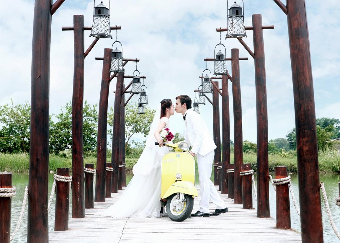 Chụp ảnh cưới với xe máy