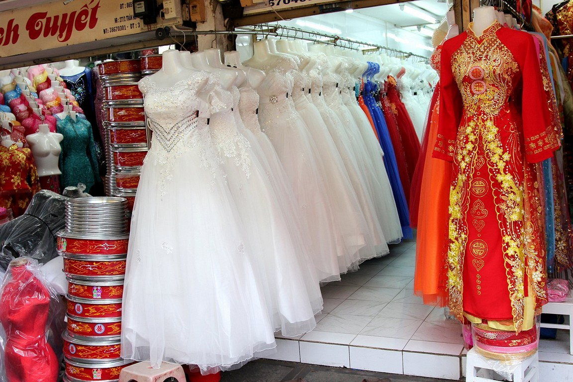 Bật mí những thú vị khi mua sắm váy cưới ở chợ Tân Bình