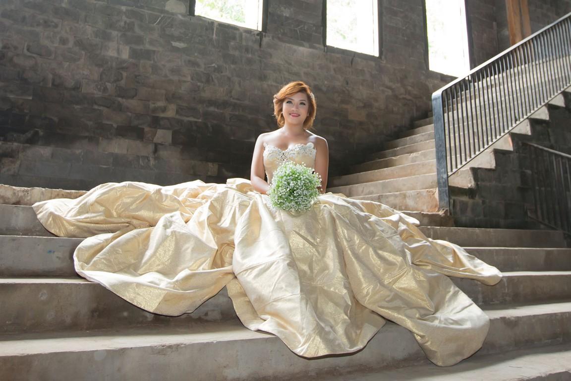Váy cưới màu vàng lộng lẫy