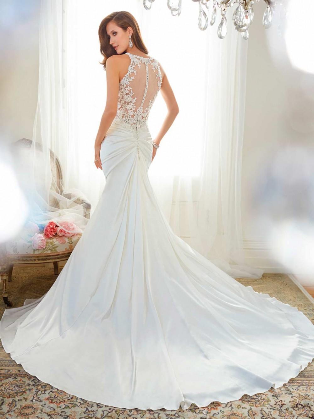 Chiếc áo cưới lộng lẫy này cũng có nhiều biến tấu trong thiết kế, đôi khi nằm ở phần lưng váy. Những kiểu váy có thiết kế hở lưng, ...