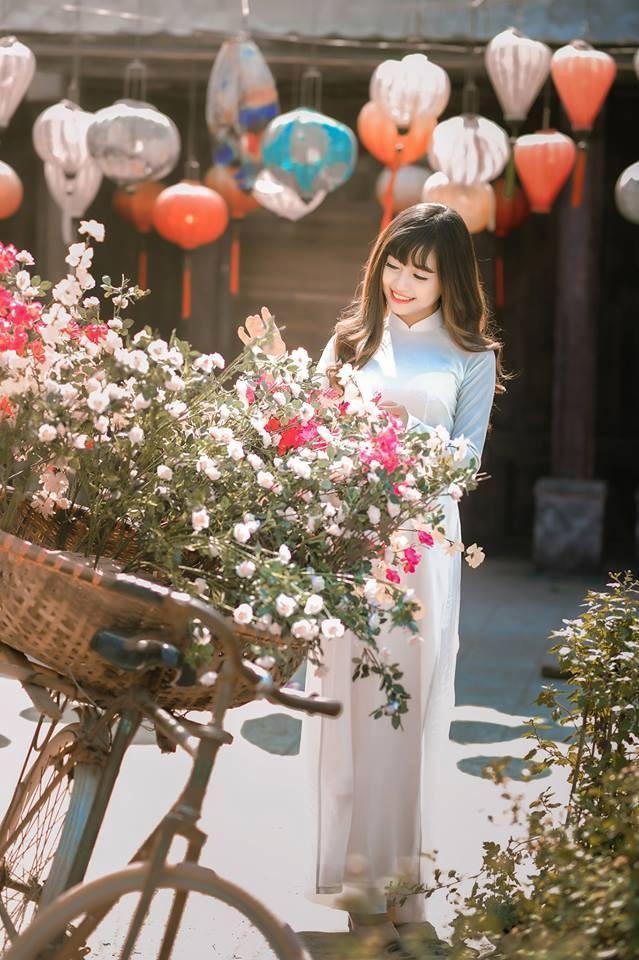 Chụp ảnh áo dài với hoa