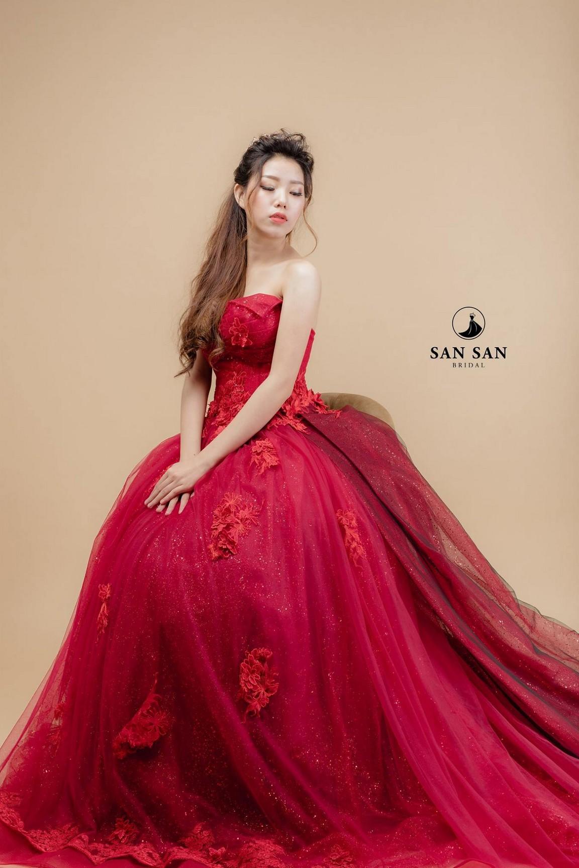 Váy cưới xòe màu đỏ 3