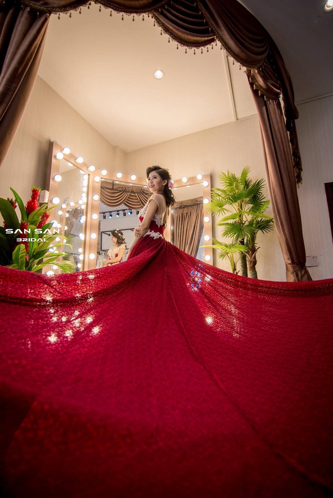 Váy cưới đuôi xòe màu đỏ