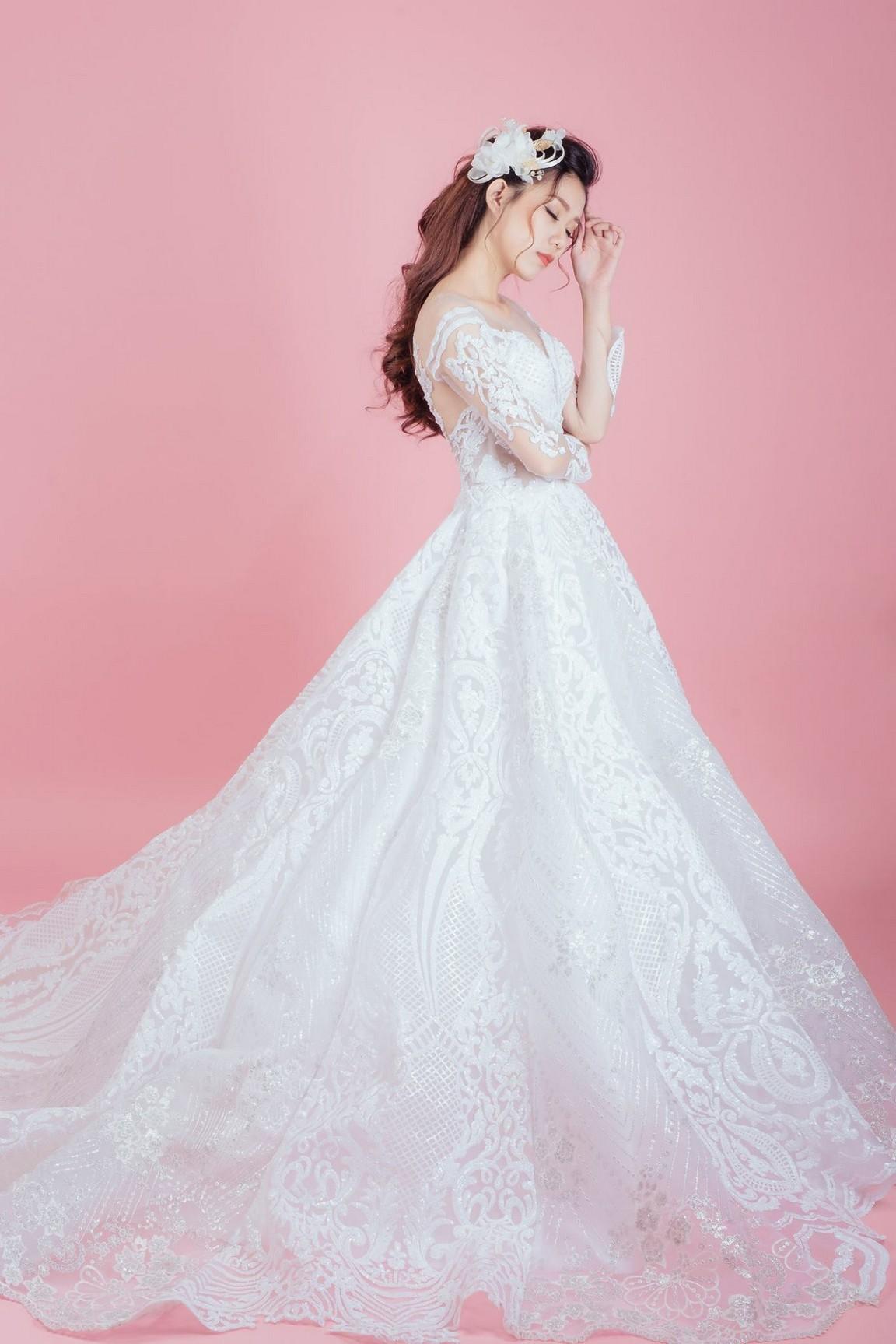 Váy cưới đuôi xòe