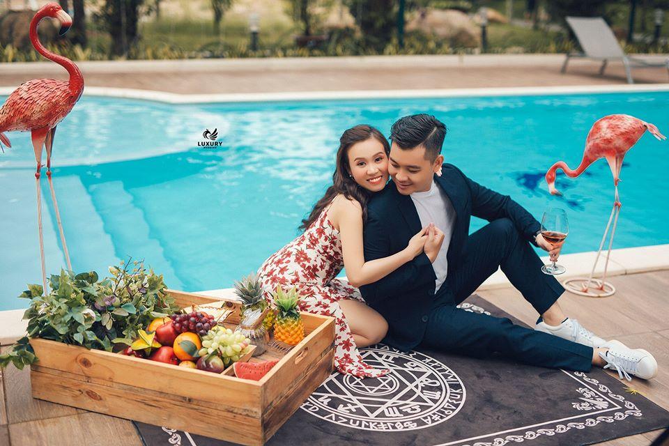 chụp ảnh cưới bên hồ bơi tại Chill Garden