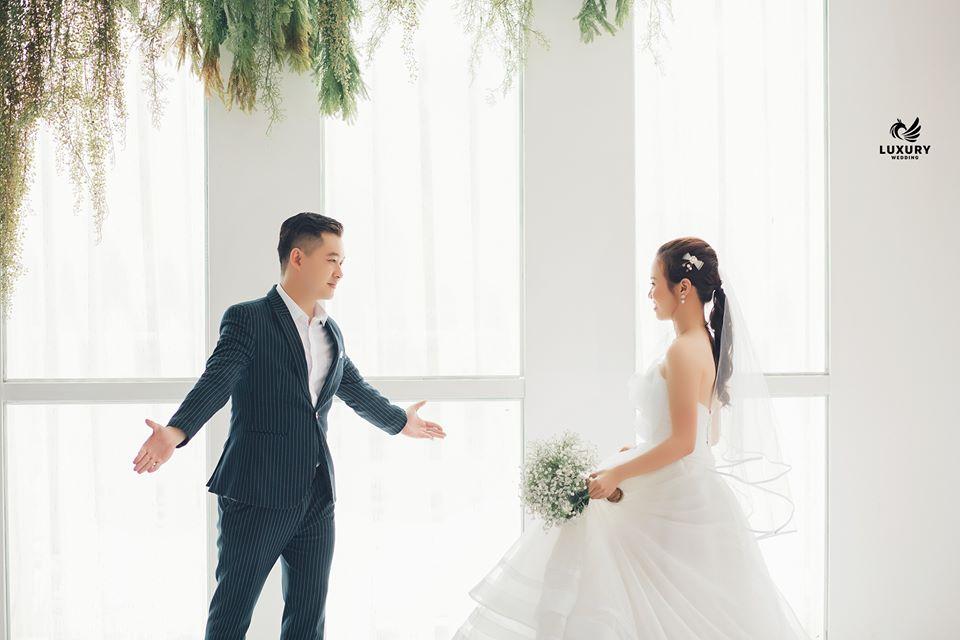 concept chụp ảnh cưới trong nhà