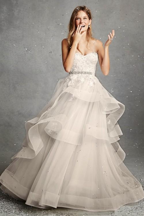 chọn váy cho cô dâu bầu