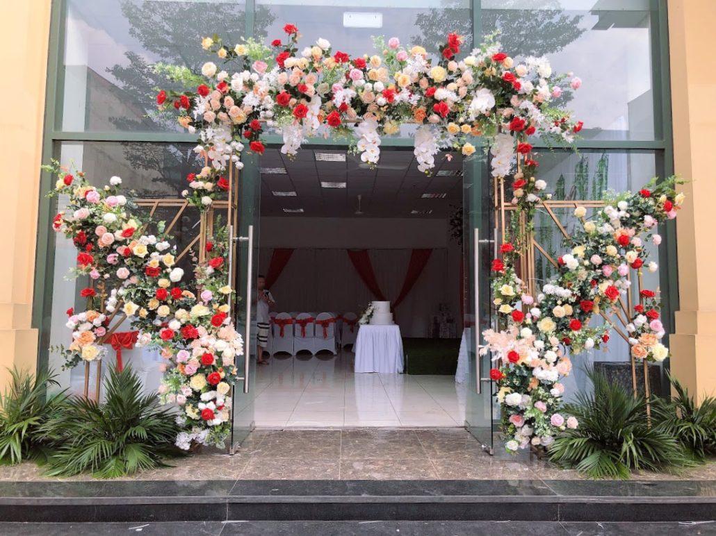 cổng cưới đẹp hoa nhựa