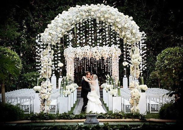 thiết kế cổng cưới đèn chùm