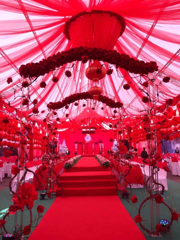 tráng trí rạp cưới mùa mưa màu đỏ