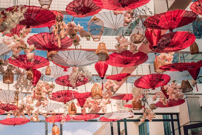 trang trí tiệc cưới mùa mưa bằng ô