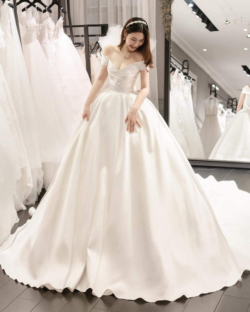 váy cưới tay ngắn cổ chữ V